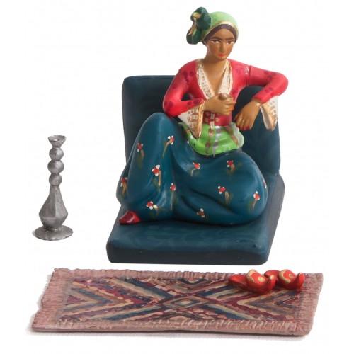 Osmanlı Haremi: Koltuğunda Kahve ve Nargile İçen Kadın (Figür+Koltuk+Kilim+ Nargile ve terlikleriyle)
